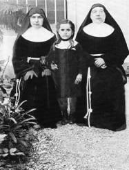 Matka Klára (vpravo) s jednou so sirôt